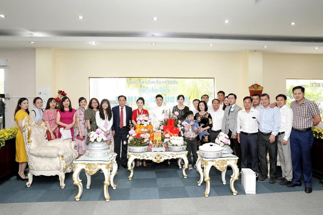 Giữa lùm xùm với showbiz Việt, vợ chồng đại gia Dũng lò vôi xuất hiện rạng rỡ trong đám hỏi con trai bà Phương Hằng - Ảnh 3.