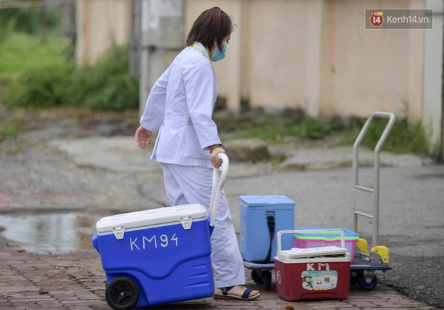 Ảnh: Đội mưa tiếp tế cho người nhà cách ly bên trong BV Bệnh Nhiệt đới TW cơ sở 2 - Ảnh 2.