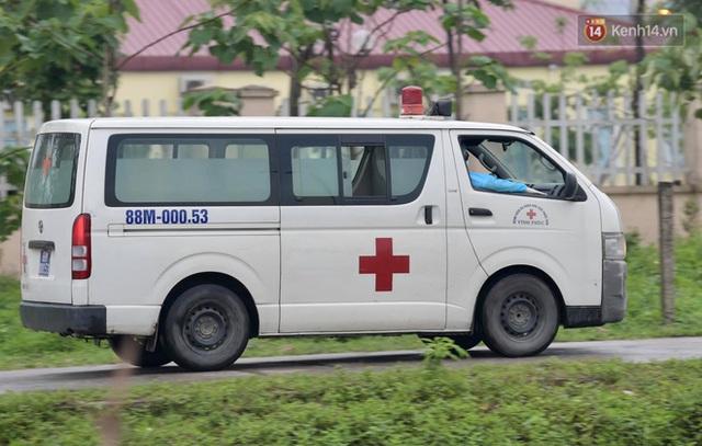 Ảnh: Đội mưa tiếp tế cho người nhà cách ly bên trong BV Bệnh Nhiệt đới TW cơ sở 2 - Ảnh 11.