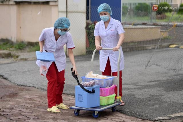 Ảnh: Đội mưa tiếp tế cho người nhà cách ly bên trong BV Bệnh Nhiệt đới TW cơ sở 2 - Ảnh 12.