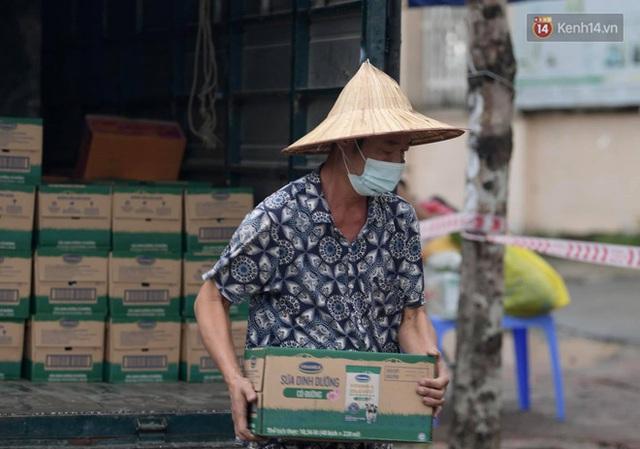 Ảnh: Đội mưa tiếp tế cho người nhà cách ly bên trong BV Bệnh Nhiệt đới TW cơ sở 2 - Ảnh 18.