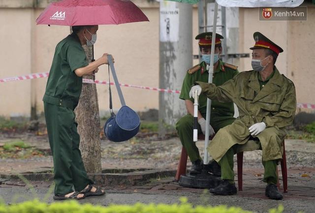 Ảnh: Đội mưa tiếp tế cho người nhà cách ly bên trong BV Bệnh Nhiệt đới TW cơ sở 2 - Ảnh 5.
