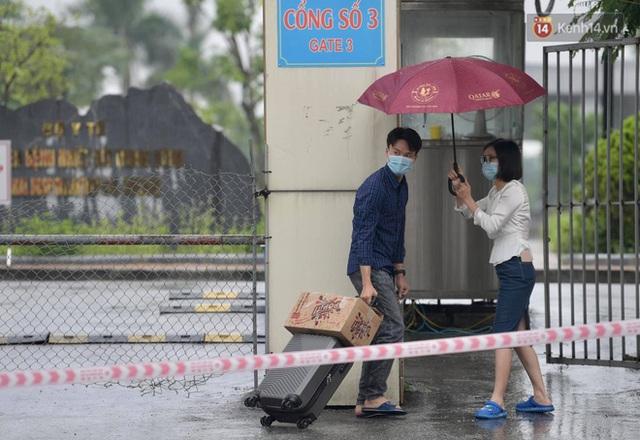 Ảnh: Đội mưa tiếp tế cho người nhà cách ly bên trong BV Bệnh Nhiệt đới TW cơ sở 2 - Ảnh 6.