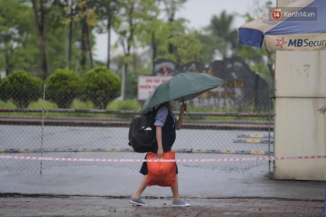 Ảnh: Đội mưa tiếp tế cho người nhà cách ly bên trong BV Bệnh Nhiệt đới TW cơ sở 2 - Ảnh 7.