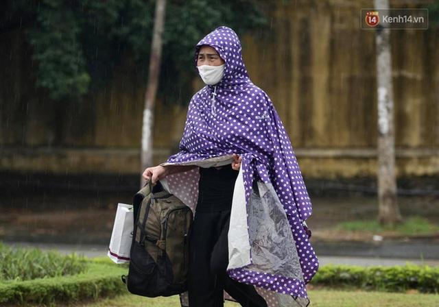 Ảnh: Đội mưa tiếp tế cho người nhà cách ly bên trong BV Bệnh Nhiệt đới TW cơ sở 2 - Ảnh 9.