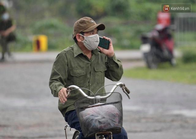Ảnh: Đội mưa tiếp tế cho người nhà cách ly bên trong BV Bệnh Nhiệt đới TW cơ sở 2 - Ảnh 10.