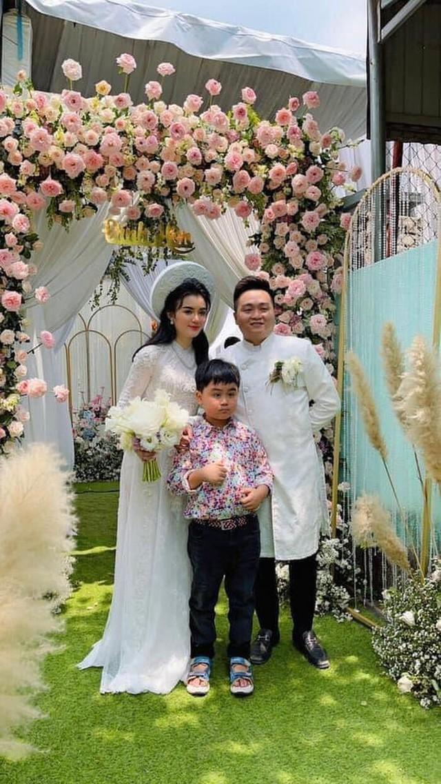 Giữa lùm xùm với showbiz Việt, vợ chồng đại gia Dũng lò vôi xuất hiện rạng rỡ trong đám hỏi con trai bà Phương Hằng - Ảnh 6.
