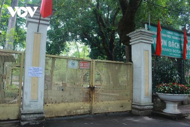 Công viên ở Hà Nội đồng loạt đóng cửa phòng chống dịch Covid-19 - Ảnh 1.