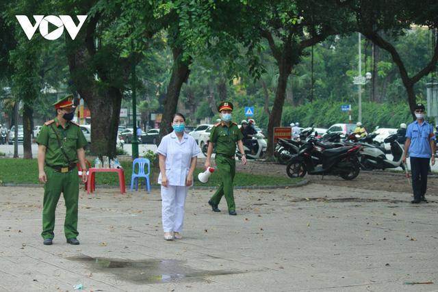 Công viên ở Hà Nội đồng loạt đóng cửa phòng chống dịch Covid-19 - Ảnh 2.