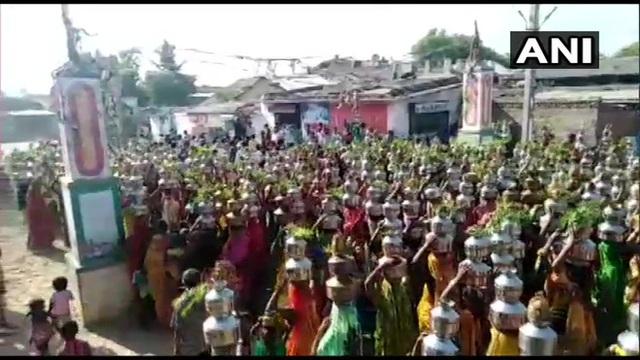 Bất chấp lệnh cấm, hàng nghìn người Ấn Độ tụ tập cầu nguyện dịch COVID-19 kết thúc - Ảnh 1.