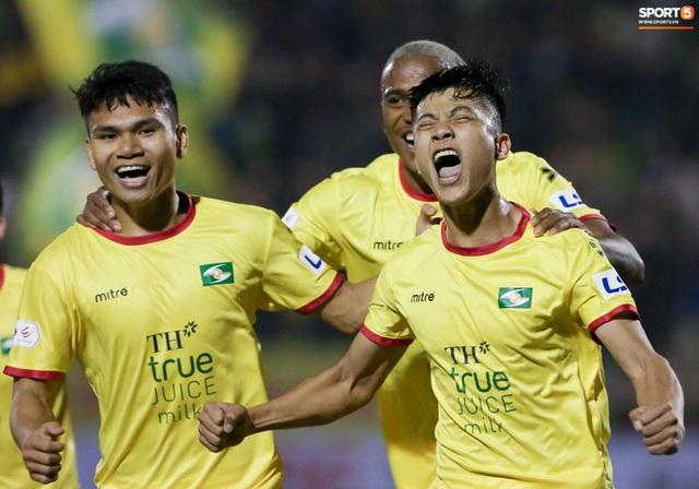 Cả đội SLNA trở thành F2, trận đấu với Hà Nội FC nguy cơ hoãn - Ảnh 1.