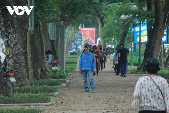 Công viên ở Hà Nội đồng loạt đóng cửa phòng chống dịch Covid-19 - Ảnh 11.