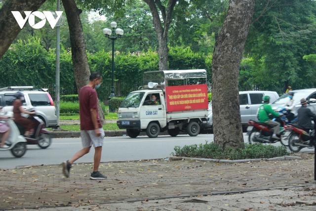 Công viên ở Hà Nội đồng loạt đóng cửa phòng chống dịch Covid-19 - Ảnh 12.