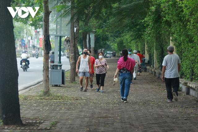 Công viên ở Hà Nội đồng loạt đóng cửa phòng chống dịch Covid-19 - Ảnh 13.