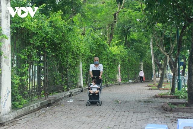 Công viên ở Hà Nội đồng loạt đóng cửa phòng chống dịch Covid-19 - Ảnh 14.