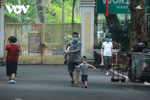 Công viên ở Hà Nội đồng loạt đóng cửa phòng chống dịch Covid-19 - Ảnh 19.