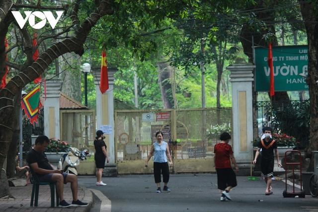 Công viên ở Hà Nội đồng loạt đóng cửa phòng chống dịch Covid-19 - Ảnh 5.