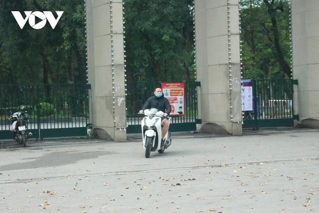 Công viên ở Hà Nội đồng loạt đóng cửa phòng chống dịch Covid-19 - Ảnh 7.