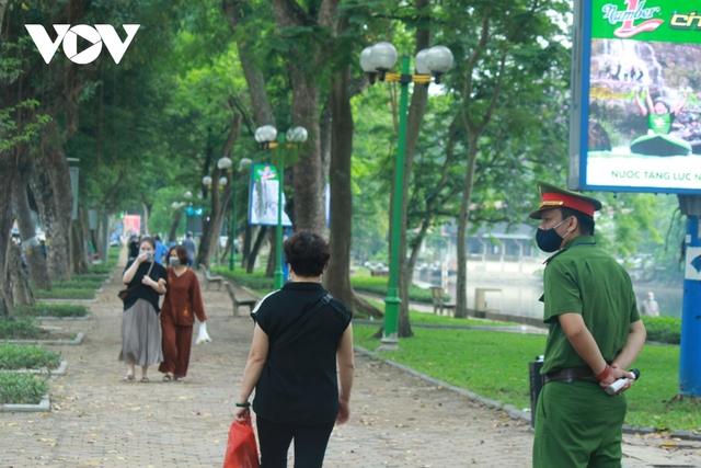 Công viên ở Hà Nội đồng loạt đóng cửa phòng chống dịch Covid-19 - Ảnh 10.