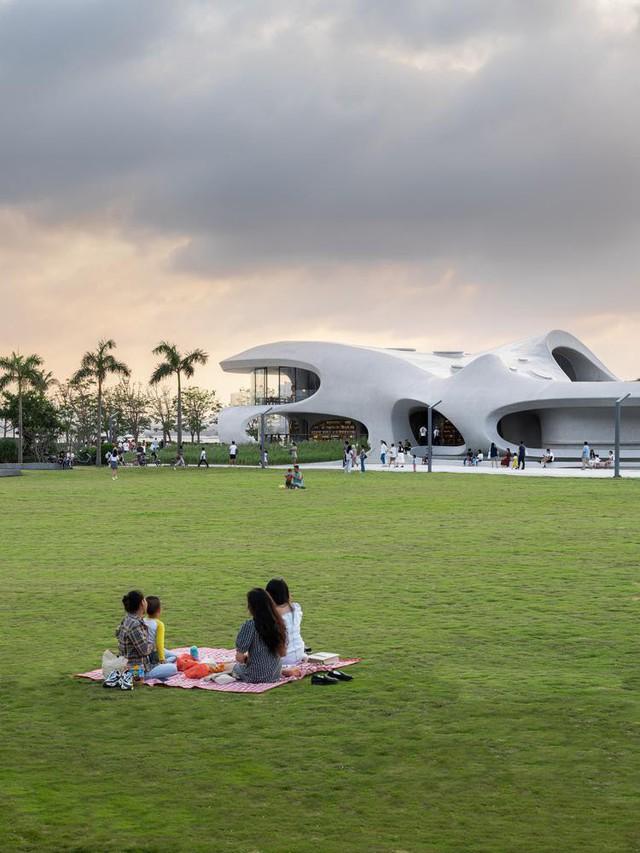 Thư viện nằm bên bờ biển có cấu trúc độc lạ, có một không hai - Ảnh 19.
