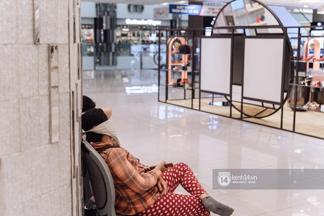 Trung tâm thương mại Sài Gòn ra sao giữa đợt dịch Covid-19 thứ 4: Nơi thì vắng hoe, chỗ vẫn thấy rất đông người check-in - Ảnh 1.