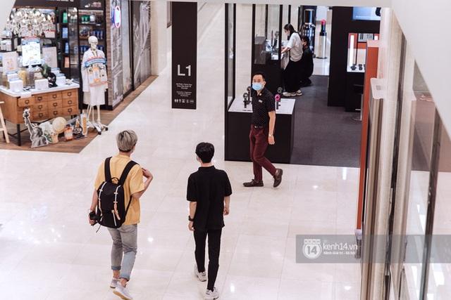 Trung tâm thương mại Sài Gòn ra sao giữa đợt dịch Covid-19 thứ 4: Nơi thì vắng hoe, chỗ vẫn thấy rất đông người check-in - Ảnh 2.
