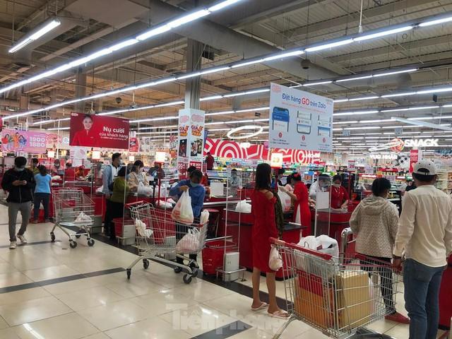 Chợ vắng hoe, khách đổ vào siêu thị mua thực phẩm cuối tuần - Ảnh 1.