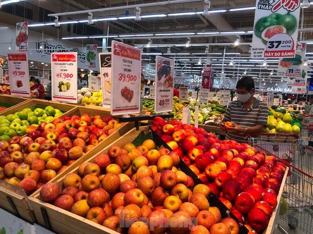 Chợ vắng hoe, khách đổ vào siêu thị mua thực phẩm cuối tuần - Ảnh 2.