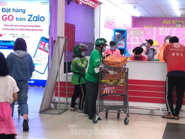 Chợ vắng hoe, khách đổ vào siêu thị mua thực phẩm cuối tuần - Ảnh 11.