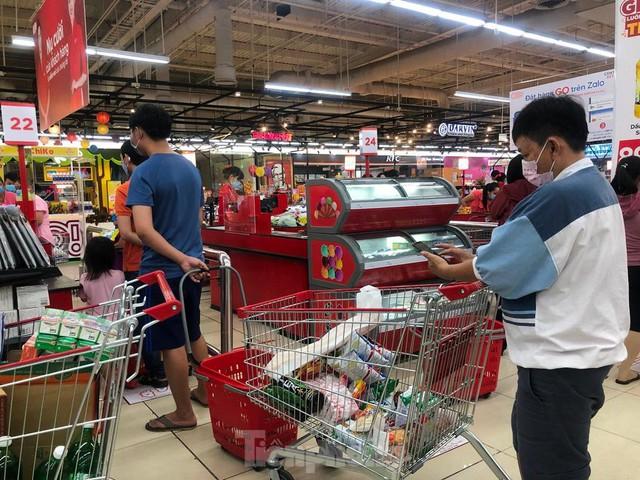Chợ vắng hoe, khách đổ vào siêu thị mua thực phẩm cuối tuần - Ảnh 12.