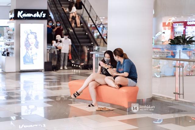 Trung tâm thương mại Sài Gòn ra sao giữa đợt dịch Covid-19 thứ 4: Nơi thì vắng hoe, chỗ vẫn thấy rất đông người check-in - Ảnh 13.
