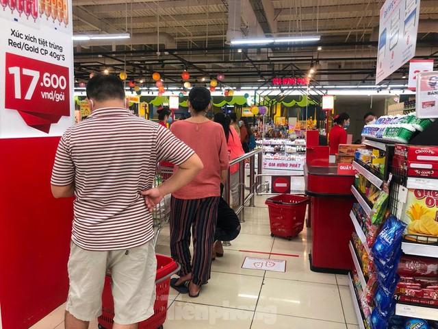 Chợ vắng hoe, khách đổ vào siêu thị mua thực phẩm cuối tuần - Ảnh 13.