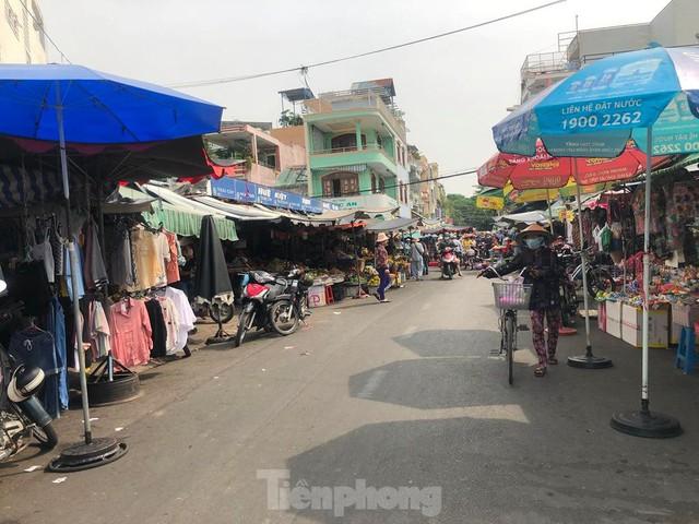 Chợ vắng hoe, khách đổ vào siêu thị mua thực phẩm cuối tuần - Ảnh 14.