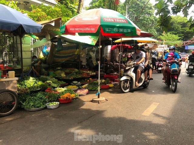 Chợ vắng hoe, khách đổ vào siêu thị mua thực phẩm cuối tuần - Ảnh 15.
