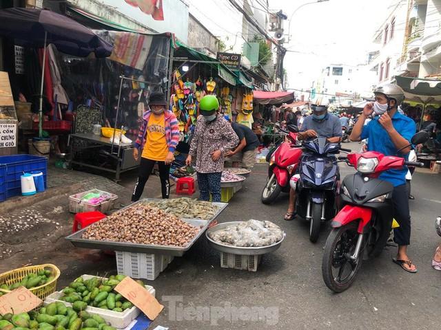 Chợ vắng hoe, khách đổ vào siêu thị mua thực phẩm cuối tuần - Ảnh 16.
