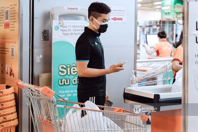 Trung tâm thương mại Sài Gòn ra sao giữa đợt dịch Covid-19 thứ 4: Nơi thì vắng hoe, chỗ vẫn thấy rất đông người check-in - Ảnh 17.