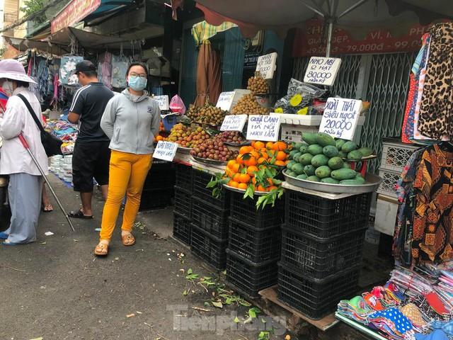 Chợ vắng hoe, khách đổ vào siêu thị mua thực phẩm cuối tuần - Ảnh 17.