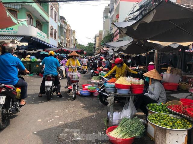 Chợ vắng hoe, khách đổ vào siêu thị mua thực phẩm cuối tuần - Ảnh 18.