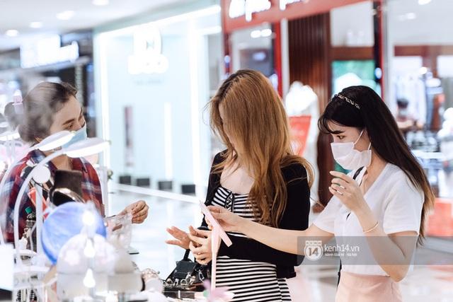 Trung tâm thương mại Sài Gòn ra sao giữa đợt dịch Covid-19 thứ 4: Nơi thì vắng hoe, chỗ vẫn thấy rất đông người check-in - Ảnh 19.