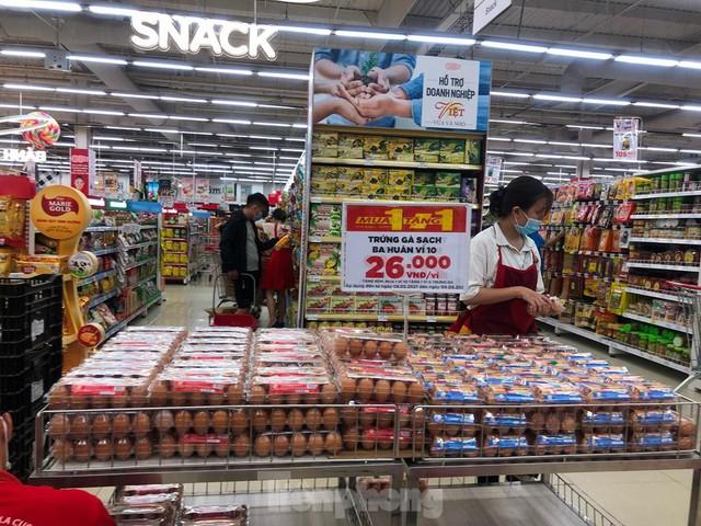 Chợ vắng hoe, khách đổ vào siêu thị mua thực phẩm cuối tuần - Ảnh 3.