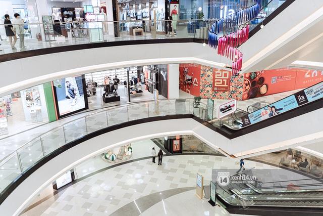 Trung tâm thương mại Sài Gòn ra sao giữa đợt dịch Covid-19 thứ 4: Nơi thì vắng hoe, chỗ vẫn thấy rất đông người check-in - Ảnh 21.