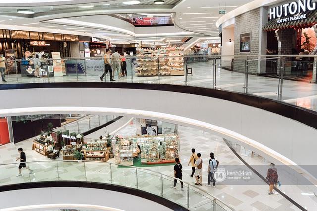 Trung tâm thương mại Sài Gòn ra sao giữa đợt dịch Covid-19 thứ 4: Nơi thì vắng hoe, chỗ vẫn thấy rất đông người check-in - Ảnh 22.