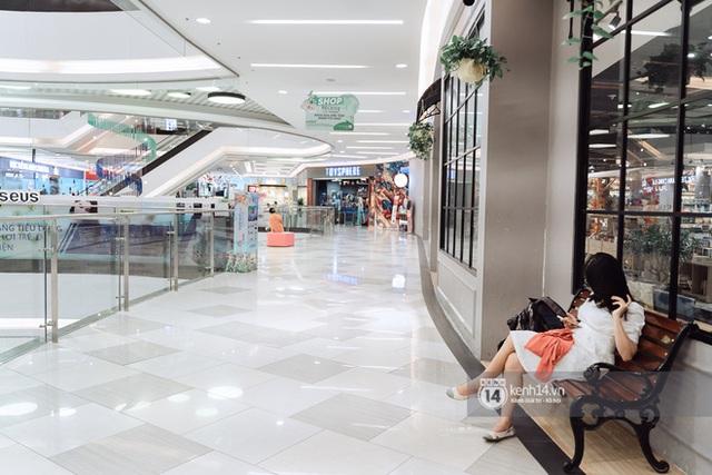 Trung tâm thương mại Sài Gòn ra sao giữa đợt dịch Covid-19 thứ 4: Nơi thì vắng hoe, chỗ vẫn thấy rất đông người check-in - Ảnh 23.