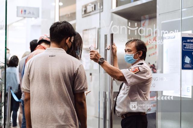 Trung tâm thương mại Sài Gòn ra sao giữa đợt dịch Covid-19 thứ 4: Nơi thì vắng hoe, chỗ vẫn thấy rất đông người check-in - Ảnh 28.