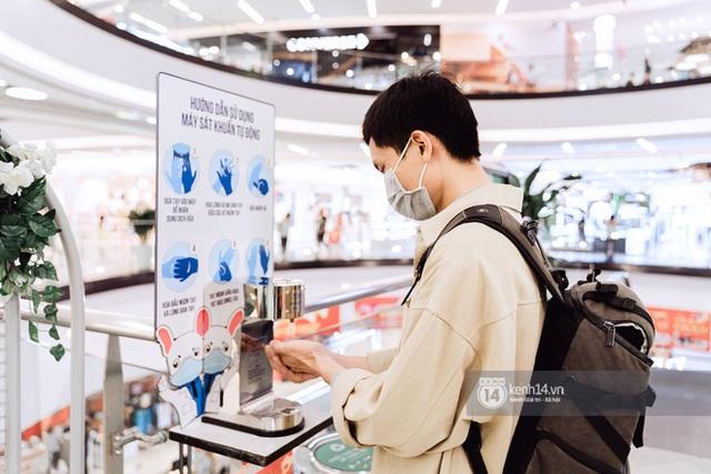 Trung tâm thương mại Sài Gòn ra sao giữa đợt dịch Covid-19 thứ 4: Nơi thì vắng hoe, chỗ vẫn thấy rất đông người check-in - Ảnh 29.