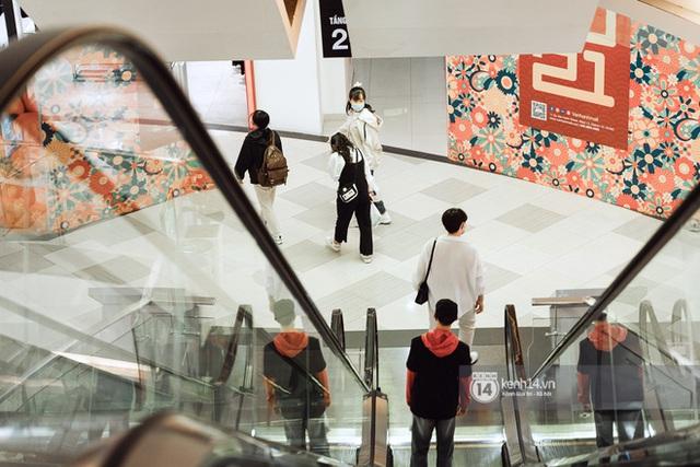 Trung tâm thương mại Sài Gòn ra sao giữa đợt dịch Covid-19 thứ 4: Nơi thì vắng hoe, chỗ vẫn thấy rất đông người check-in - Ảnh 30.