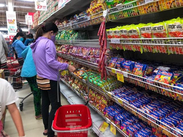 Chợ vắng hoe, khách đổ vào siêu thị mua thực phẩm cuối tuần - Ảnh 4.