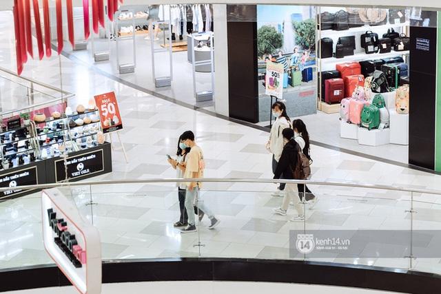 Trung tâm thương mại Sài Gòn ra sao giữa đợt dịch Covid-19 thứ 4: Nơi thì vắng hoe, chỗ vẫn thấy rất đông người check-in - Ảnh 31.
