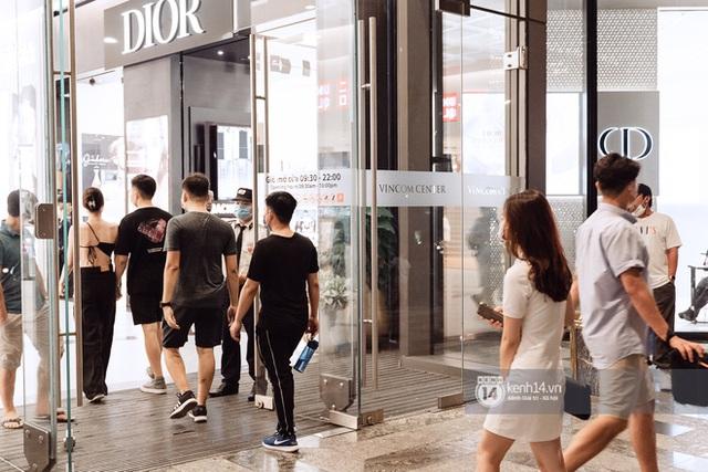 Trung tâm thương mại Sài Gòn ra sao giữa đợt dịch Covid-19 thứ 4: Nơi thì vắng hoe, chỗ vẫn thấy rất đông người check-in - Ảnh 32.