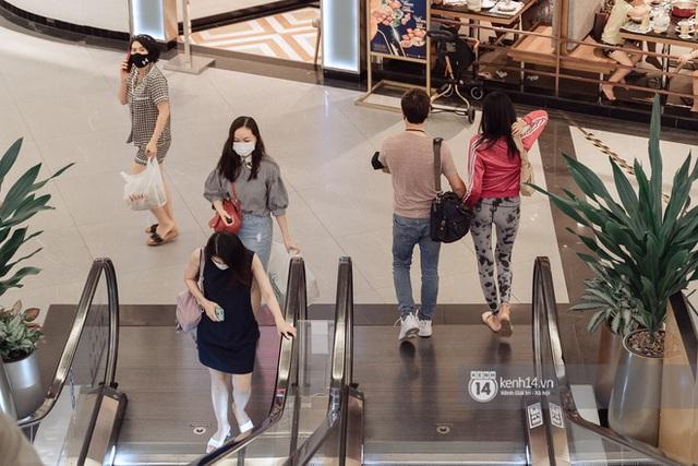 Trung tâm thương mại Sài Gòn ra sao giữa đợt dịch Covid-19 thứ 4: Nơi thì vắng hoe, chỗ vẫn thấy rất đông người check-in - Ảnh 33.
